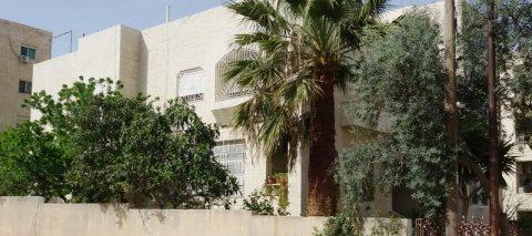 عقار للبيع - بنايه عائليه مميزة و فخمة مكونة من 3 طوابق
