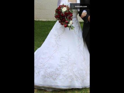 بدلة زفاف لون ابيض للبيع مع شاحط طويل  استخدام مرة واحدة